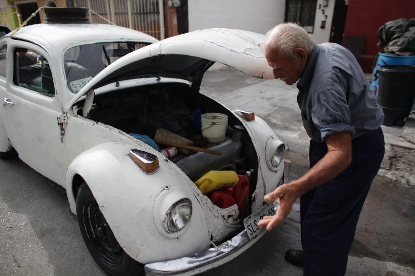 BBT nv // Blog » 83-year-old Oscar Almaguer lifts the hood of his 1967 Volkswagen Beetle to show ...